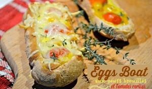 Eggs boat des petits pains aux œufs brouillés, tomates et fromage