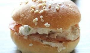 Minis buns au bacon poêlé, sauce chèvre frais, cumin et basilic