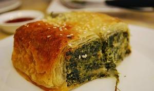 Strudel feuilleté aux épinards, ricotta et saumon, sauce yaourt aux herbes