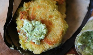 Croquettes de riz et fromage sauce verte au piment