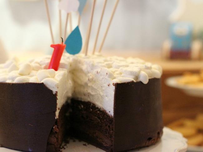 Layer cake au chocolat sous un lit nuageux