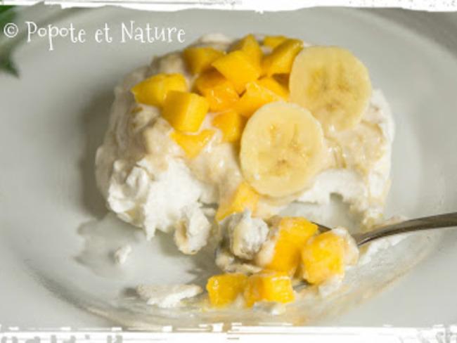 Mini pavlova à la mousse de rhubarbe, à la banane et à la mangue fraîche