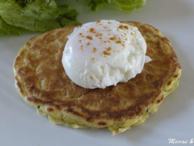 Oeuf poché sur pancake épicé aux courgettes