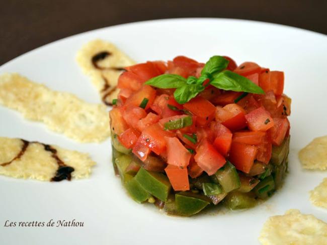 Tartare de tomates aux fines herbes, vinaigre de Xérès et huile d'olive au basilic