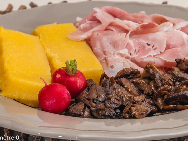 Assiette de polenta, cèpes et chiffonnade de jambon