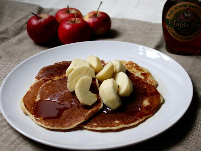 Pancakes à la pomme râpée et cannelle