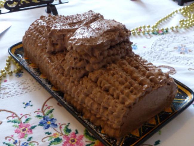 Bûche chocolat, praliné et compotée de poire à la vanille