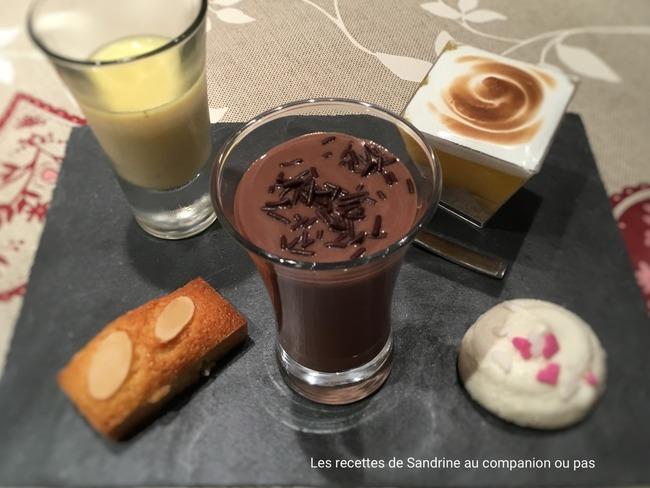 Dessert gourmand ou café gourmand composé de 8 mignardises
