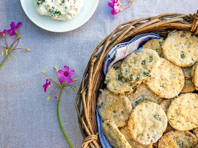 Crackers aux graines et fromage frais aux fleurs de saison