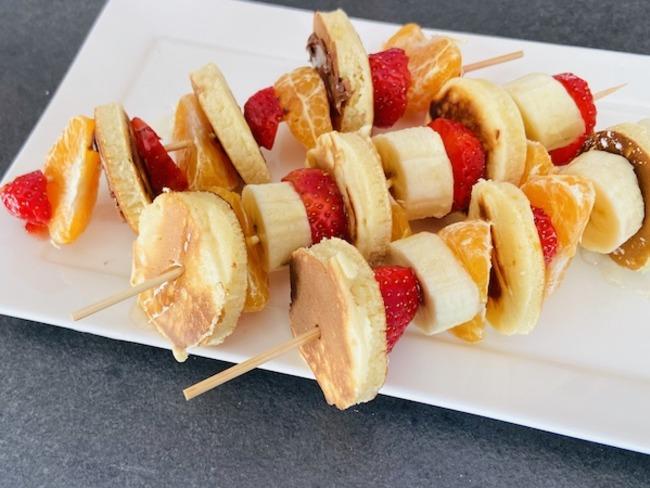 Brochettes de pancakes et fruits