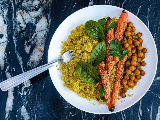 Carottes rôties, pois chiches aux épices et quinoa