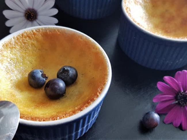 Crème aux œufs et myrtilles