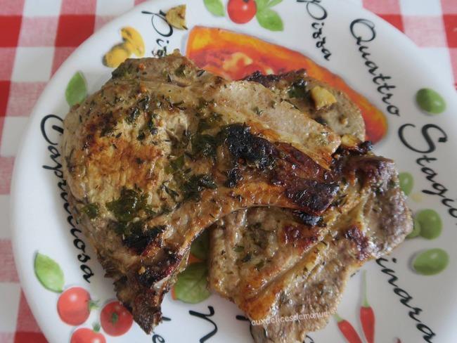 Côtes de porc marinées sauce piquante, à la plancha