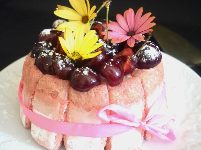 Charlotte aux biscuits roses et aux cerises