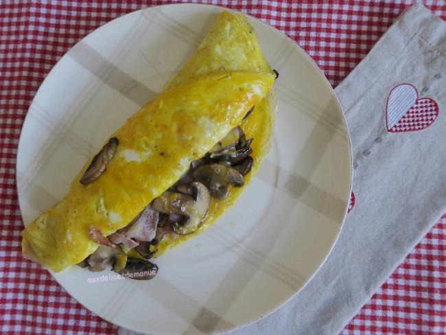 Omelette portefeuille, garnie aux champignons et poitrine fumée