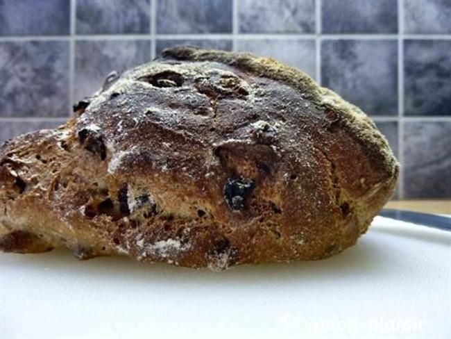 La réalisation des petits pavés de pains noisettes et raisins