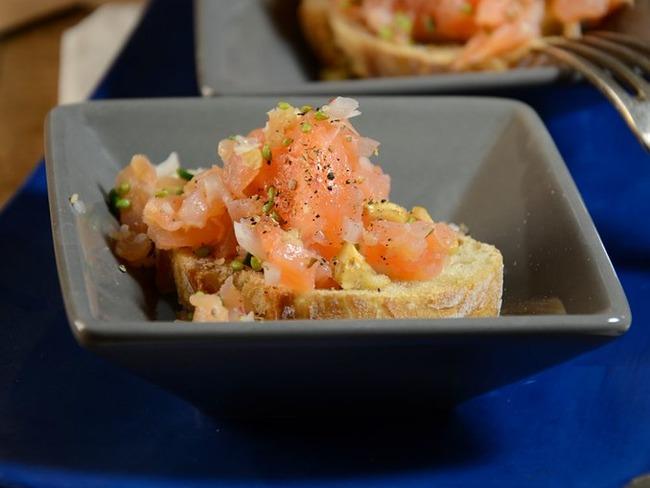 Tartine de tartare de saumon fumé et frais