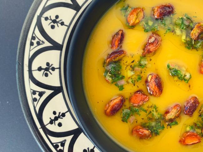 Soupe de courge butternut au safran, pistaches caramélisées et salsa aux herbes