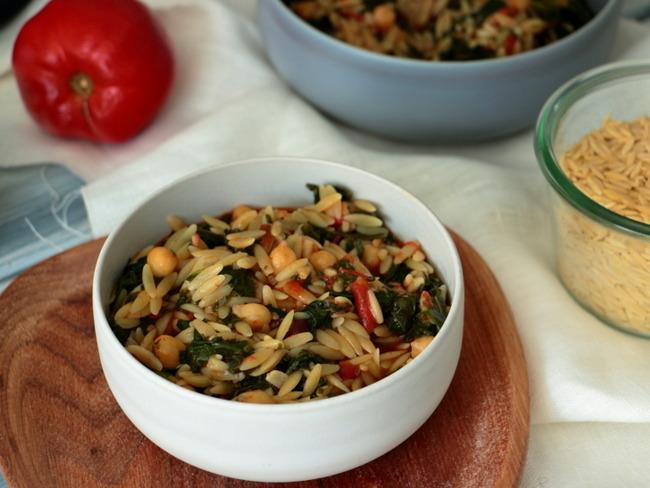 Orzo aux épinards et pois chiches à la tomate