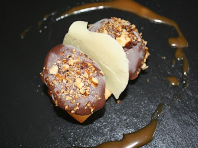 Glace vanille enrobée de chocolat, financier et sauce caramel beurre salé