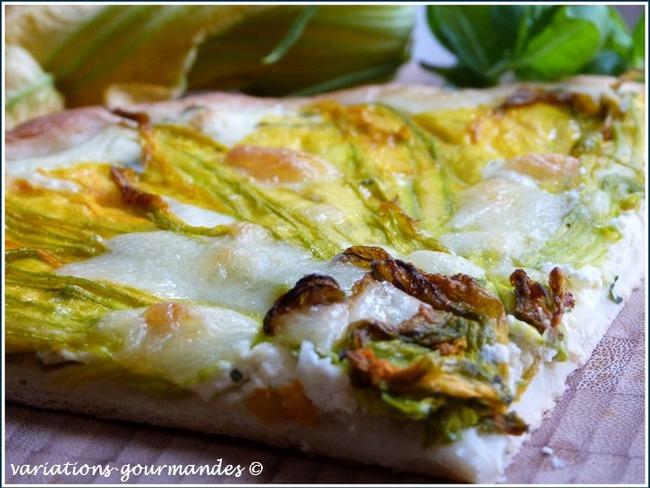 Pizza blanche aux fleurs de courgettes, basilic, ricotta et mozzarella - Recette par Variations ...