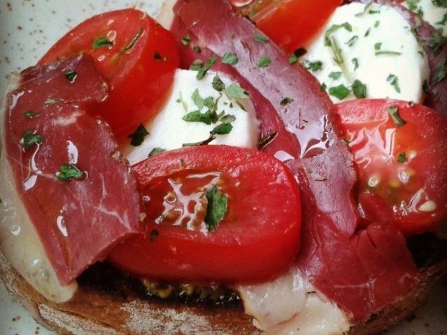 Tartines de tomates mozzarella au magret fumé