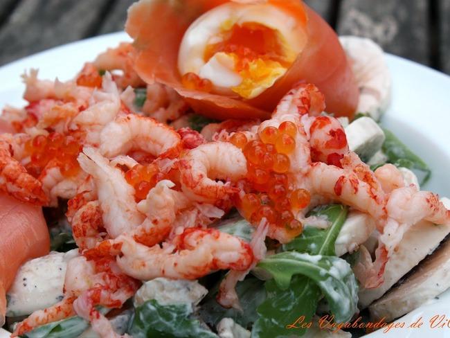 Salade de roquette et champignons aux écrevisses, œuf mollet et truite fumée