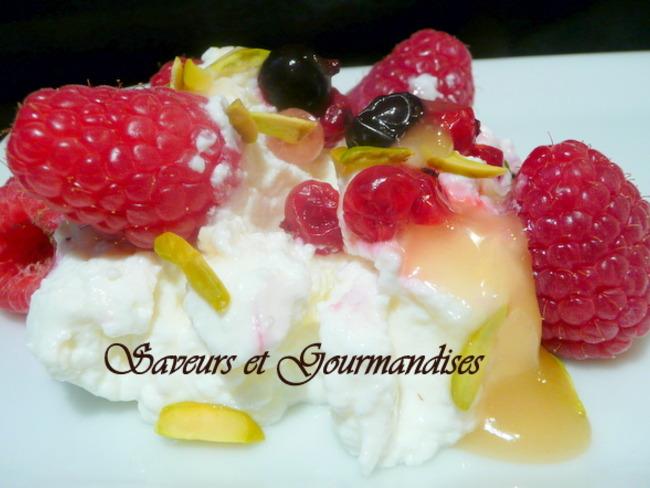 Fromage blanc aux fruits rouges, miel et pistaches