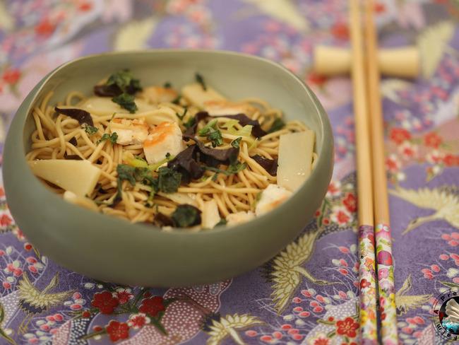Nouilles sautées au poulet et bambou