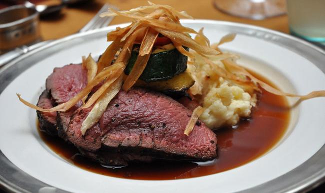 Assiette de viande grillée et sauce au vin