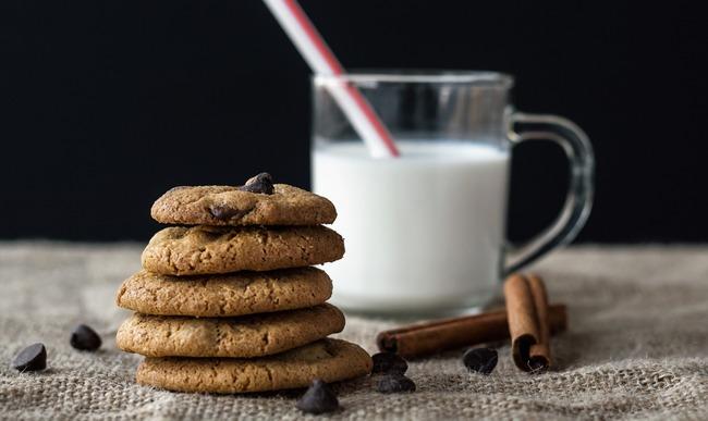 Cookies au chocolat et verre de lait
