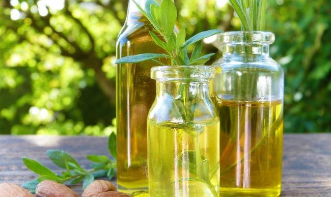 Trois bouteilles d'huiles végétales