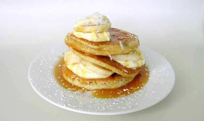 Assiette de pancakes coco avec bananes et sauce caramel