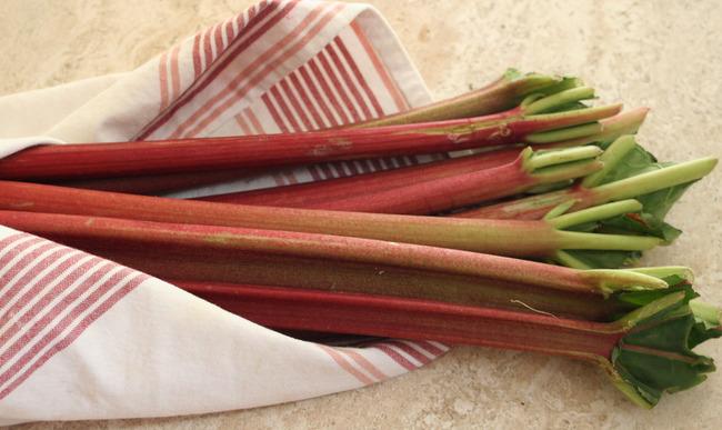 Tiges de rhubarbe dans un linge