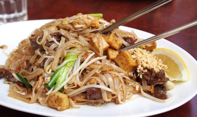 Assiette de chow mein au porc