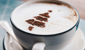 Une tasse de chocolat chaud.