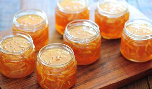 Pots de marmelade d'oranges ouverts