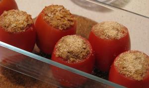 Chapelure sur des tomates farcies