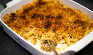 Plat de gratin de macaroni entamé
