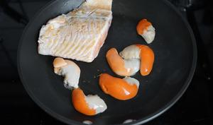 Saumon et corail de saint-jacques sur assiette