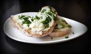 Sandwich fromage ail et fines herbes fait maison