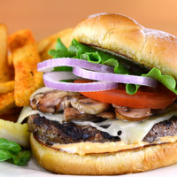Burger sur assiette avec des frites