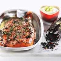 Gravlax de saumon sur assiette blanche et épices
